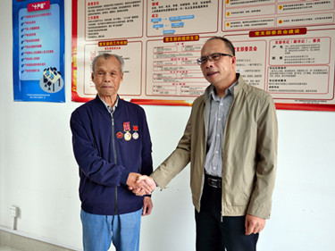 绢麻所党支部86岁老党员老战士获颁抗美援朝出国作战70周年纪念章